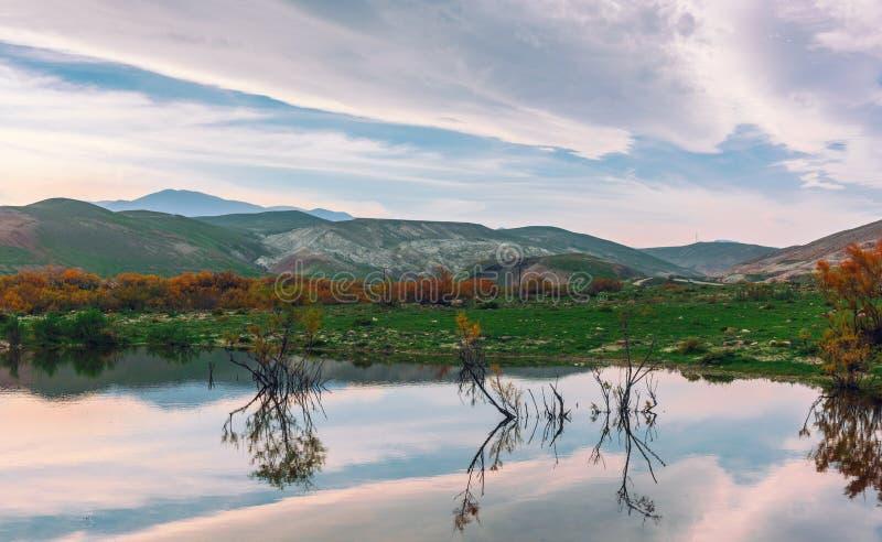 Paysage de montagne, réflexion dans le lac photo stock