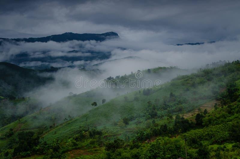 Paysage de montagnes dans le jour d'été nuageux photographie stock libre de droits