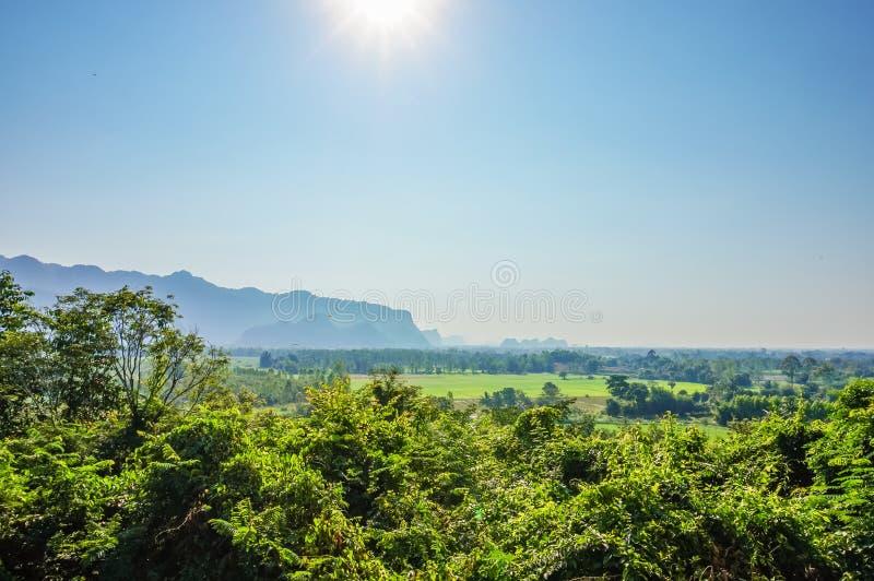 Paysage de nature avec la forêt verte, la montagne et le soleil en ciel bleu, Thaïlande photo stock