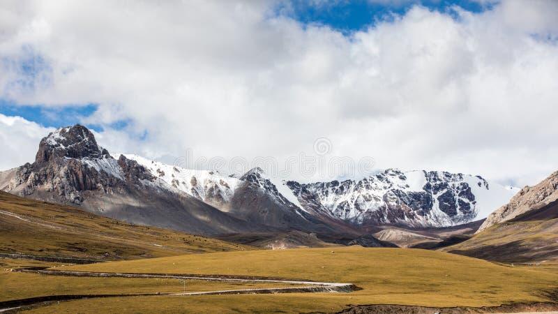 Paysage de nature des montagnes de neige sous le ciel bleu clair avec des nuages photos stock
