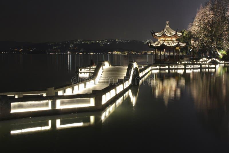 Paysage de nuit dans le lac occidental de Hangzhou, Chine image libre de droits