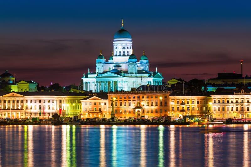 Paysage de nuit de la vieille ville à Helsinki, Finlande photographie stock