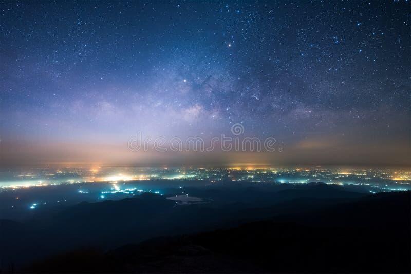 Paysage de nuit de manière laiteuse au-dessus de la lumière du secteur et de la montagne de campagne photos stock