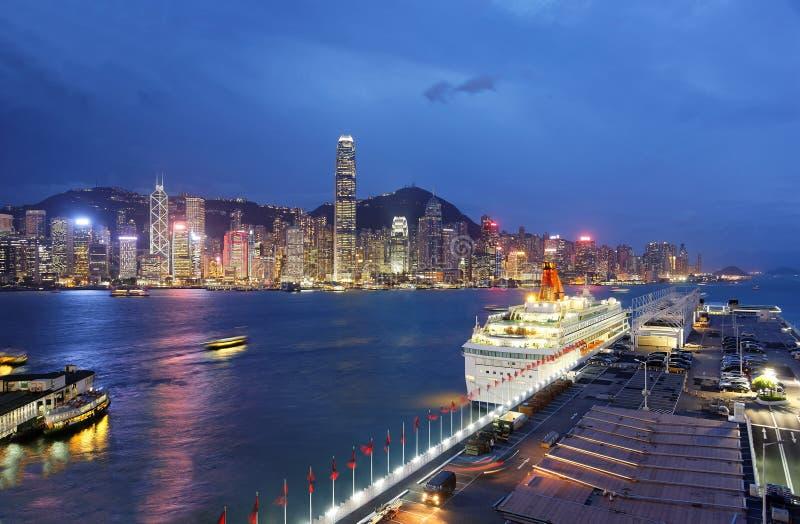 Paysage de nuit de Hong Kong avec un horizon des gratte-ciel serrés par Victoria Harbor, un revêtement de luxe de croisière se ga images stock