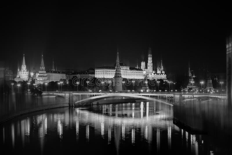 Paysage de nuit de Moscou Réflexion en rivière de Moscou de Kremlin image stock