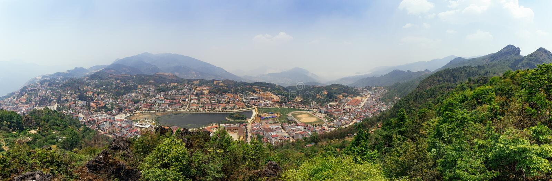 Paysage de PA de panorama SA avec la ville, les montagnes, le brouillard et les arbres la vue de ci-dessus de Sam Bay Cloud Yard  photographie stock libre de droits