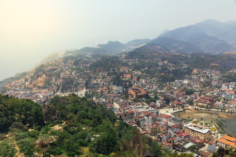 Paysage de PA de SA avec la ville, les montagnes, le brouillard et les arbres la vue de ci-dessus de Sam Bay Cloud Yard en été ch photos libres de droits