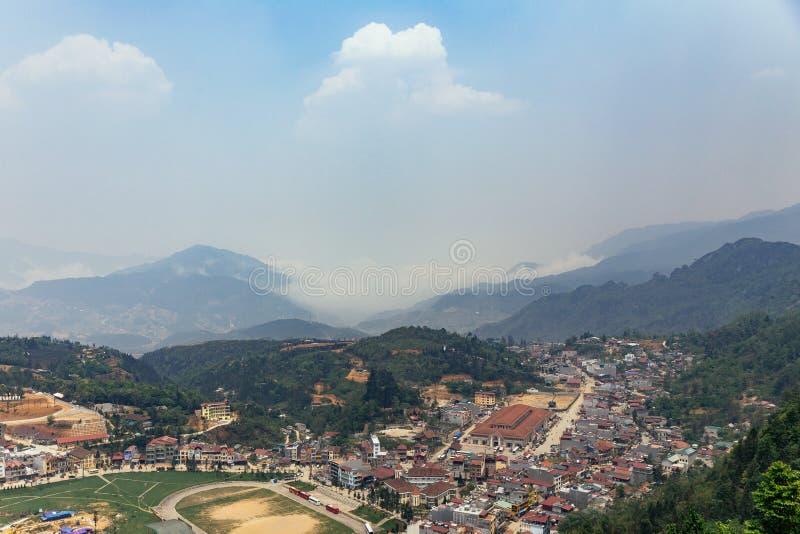 Paysage de PA de SA avec la ville, les montagnes, le brouillard et les arbres la vue de ci-dessus de Sam Bay Cloud Yard en été ch photographie stock libre de droits