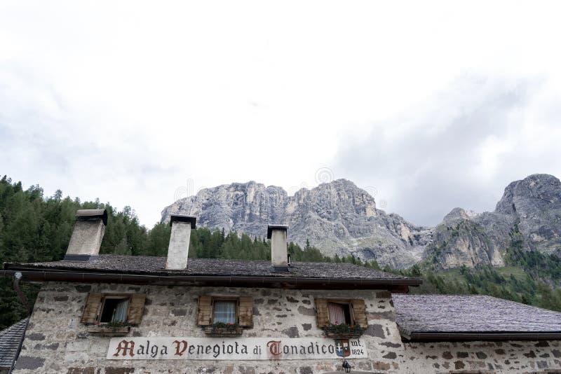 Paysage de panorama de chaîne de Pale di San Martino pendant la saison d'été Paysage d'été de Passo Rolle - chaîne de Pale di San photos stock