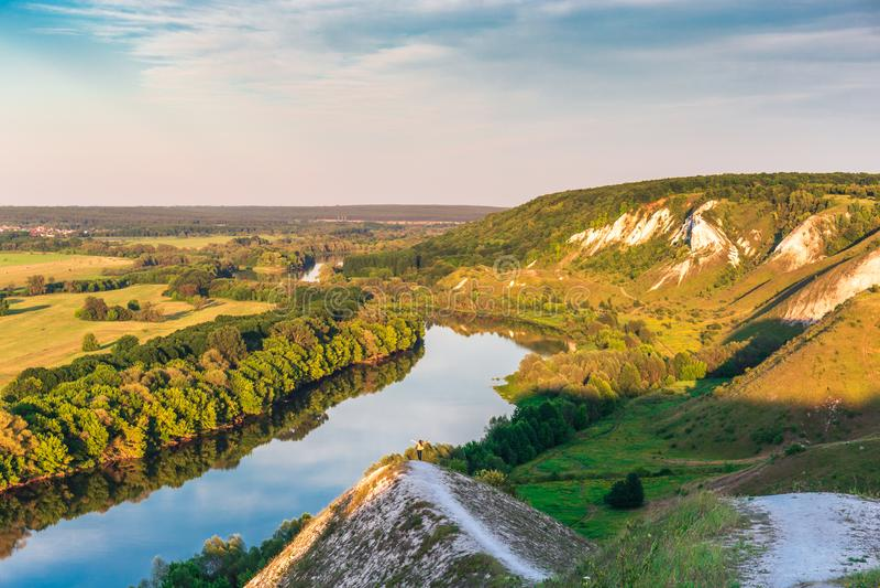 Paysage de panorama de nature, canyon avec des collines de craie ou des montagnes, prés verts et rivière, voyage d'été photos stock