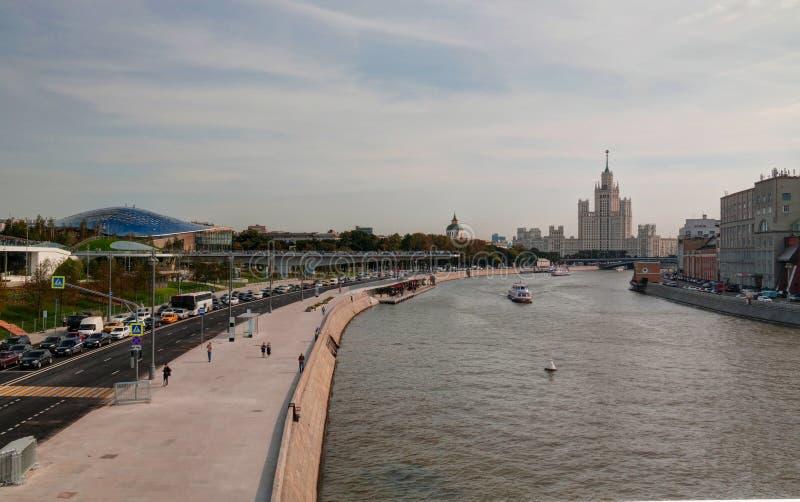 Paysage de parc moderne Zaryadye et de pont piétonnier montant et philharmonique, salle de concert, Moscou, Russie photos stock