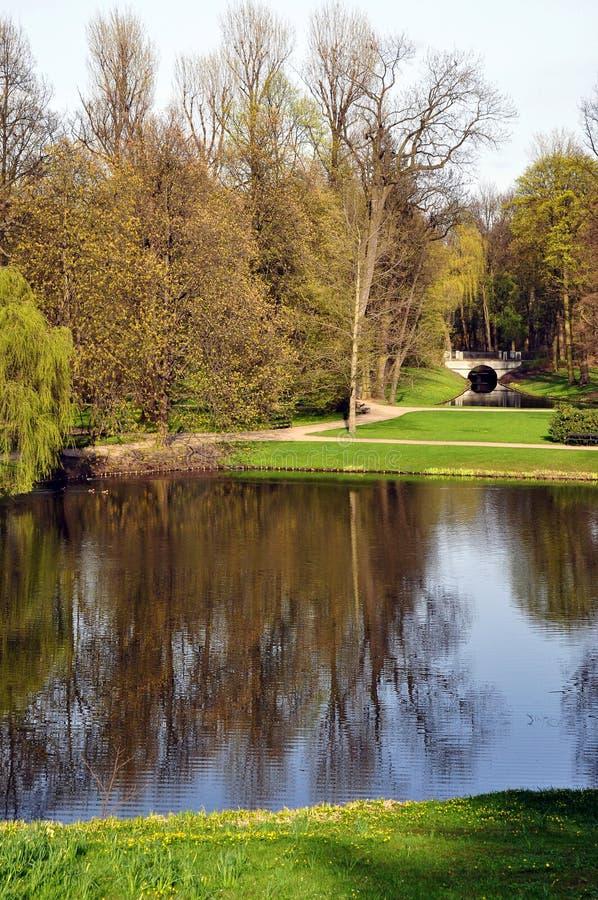 Paysage de parc public Endroit idéal pour la promenade ou détendre sur l'herbe verte à côté du lac image libre de droits