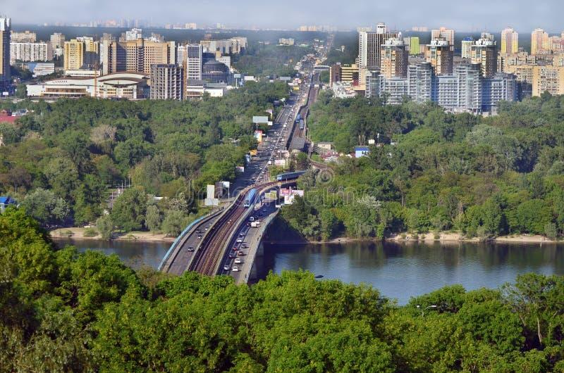 Paysage de paysage urbain La capitale de l'Ukraine Kiev Nouveau pont à travers le Dnieper photographie stock