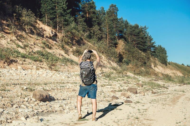 Paysage de photographie de région boisée de randonneur de touristes masculin beau photo libre de droits
