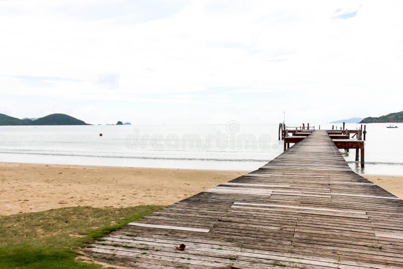 Paysage de pilier en bois et de ciel bleu chez Koh Mak Island dans Trat, photographie stock libre de droits