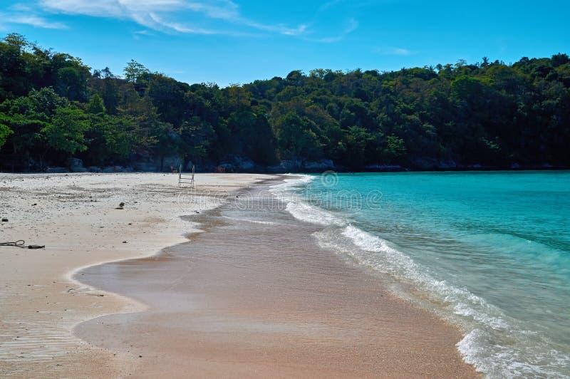 Paysage de plage naturelle de mer et de jungle tropicale, mer de Racha Island Andaman Voyagez en Thaïlande, bel endroit Asie de d photographie stock