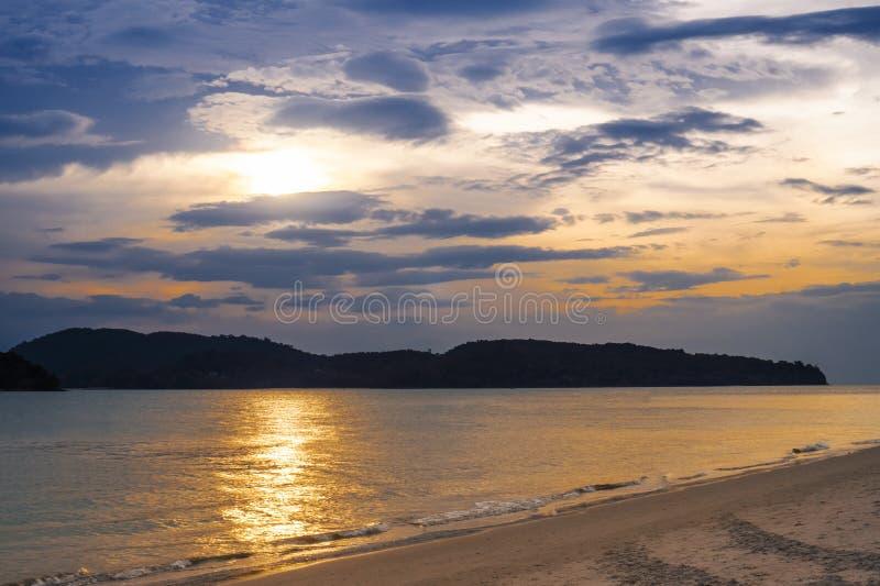 Paysage de plage tropicale d'île de paradis, tir de lever de soleil image libre de droits