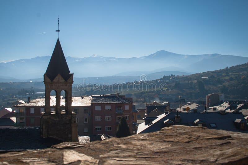 Paysage de Ponferrada avec les montagnes neigeuses à l'arrière-plan, du mur de château photo stock