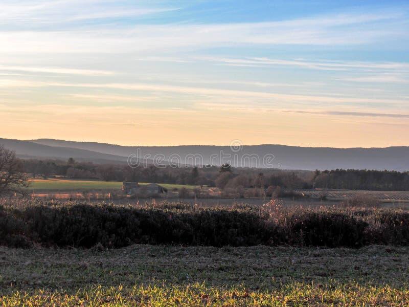 Paysage de Provancal au temps de coucher du soleil en hiver, Provence, France du sud, l'Europe images stock