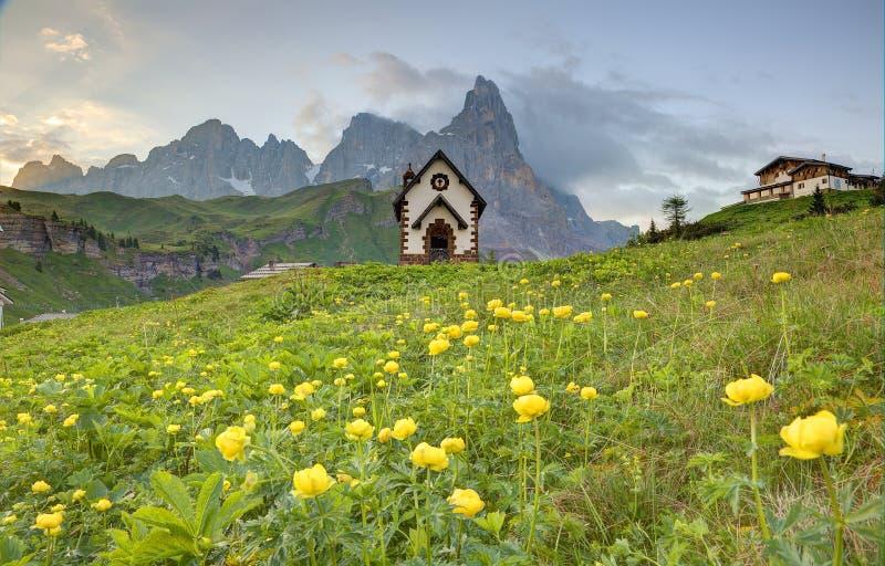 Paysage de ressort des dolomites avec la vue d'une belle ?glise aux collines des cr?tes de montagne rocailleuses image stock