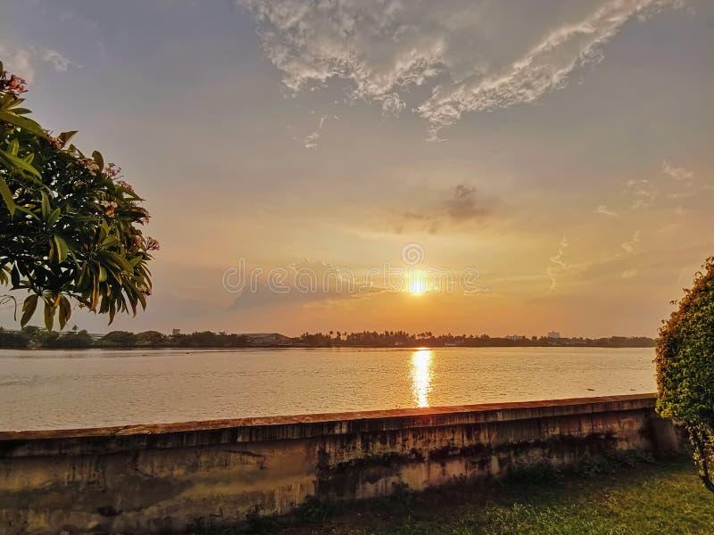 Paysage de rive à Bangkok, Thaïlande pendant le coucher du soleil photographie stock