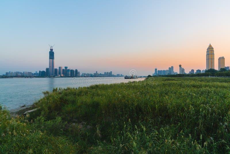 Paysage de rive de Wuhan avec des les deux horizon de rive du Yang Tsé Kiang à s photographie stock libre de droits