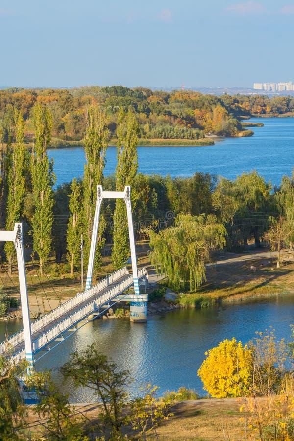 Paysage de rivière avec le pont câble-resté le jour d'automne image stock