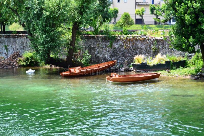 Paysage de rivière avec les bateaux en bois ancrés à la banque photographie stock