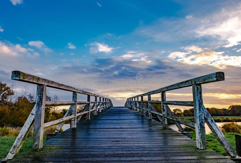 Paysage de rivière d'Ittle avec le pont en bois photographie stock libre de droits