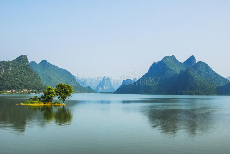 Paysage de rivière et de montagnes image stock