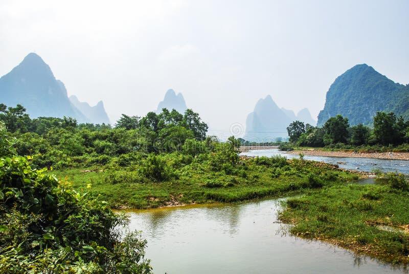 Paysage de rivière et de montagnes photos stock