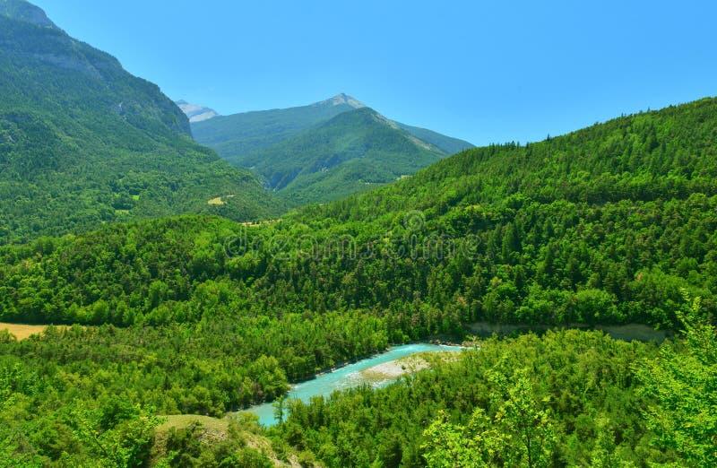 Paysage de rivière de montagne, Alpes, France photo stock