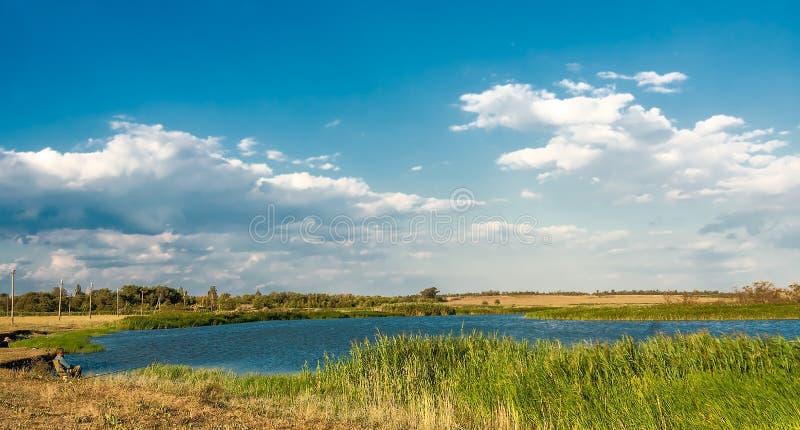 Paysage de rivière une soirée d'été photos stock