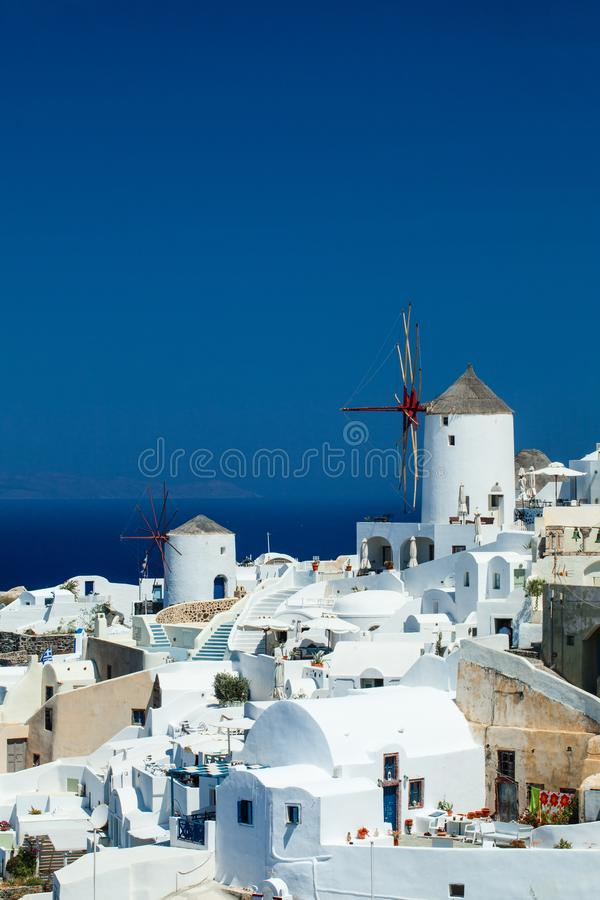 Paysage de Santorini contre le ciel bleu ÃŽle pour la lune de miel images stock