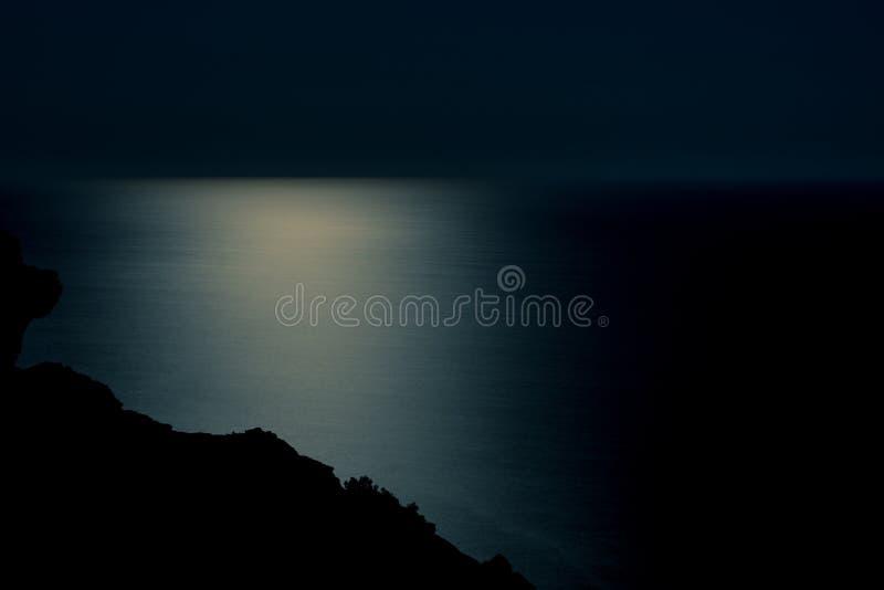Paysage de seaview de nuit avec le clair de lune dans l'eau photographie stock libre de droits
