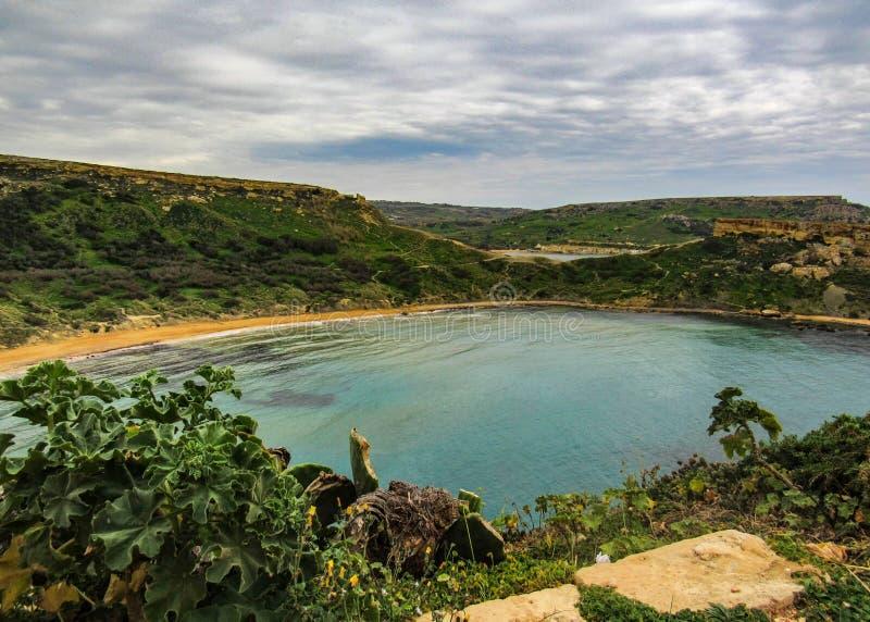 Paysage de stupéfaction de nature maltaise Qarraba entre la baie la Riviera, merci Lippija, Mgarr, Malte de baie de Gnejna et de  photo libre de droits