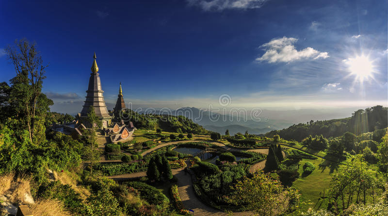 Paysage de stupa jumeau au parc national de Doi Inthanon photos stock
