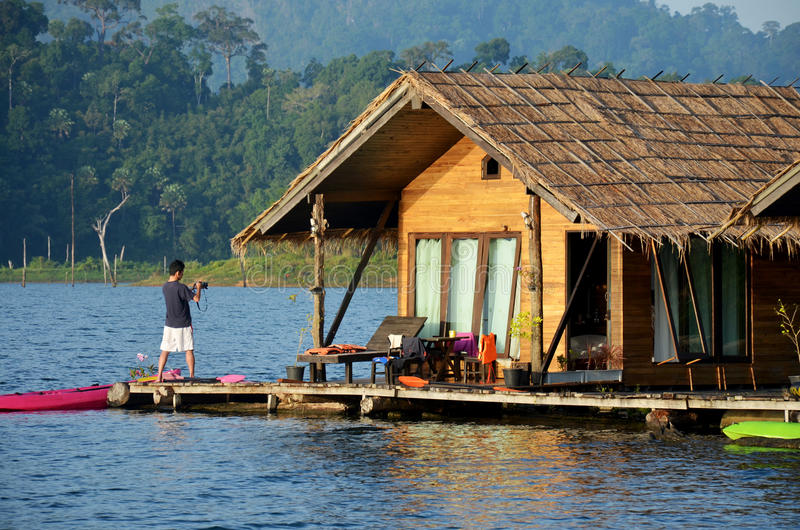 Paysage de tir de vue de photo de personnes thaïlandaises de Cheow Lan Lake photo libre de droits