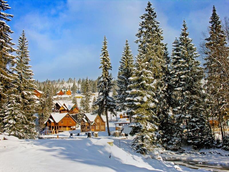Paysage de village d'hiver dans les montagnes de Carpathiens photographie stock libre de droits