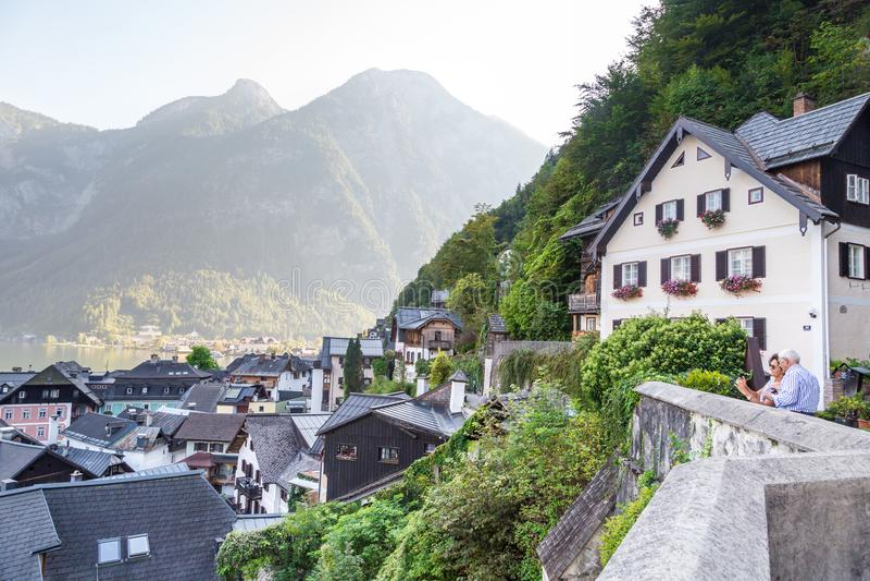 Paysage de village de Hallstatt d'ossuaire de Beinhaus images stock