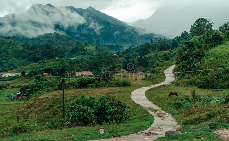 Paysage de village de montagne dans le jour d'été nuageux photo stock
