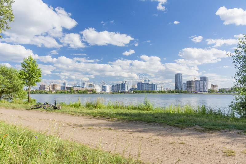 Paysage de ville avec la route, la rivière et les maisons photographie stock libre de droits