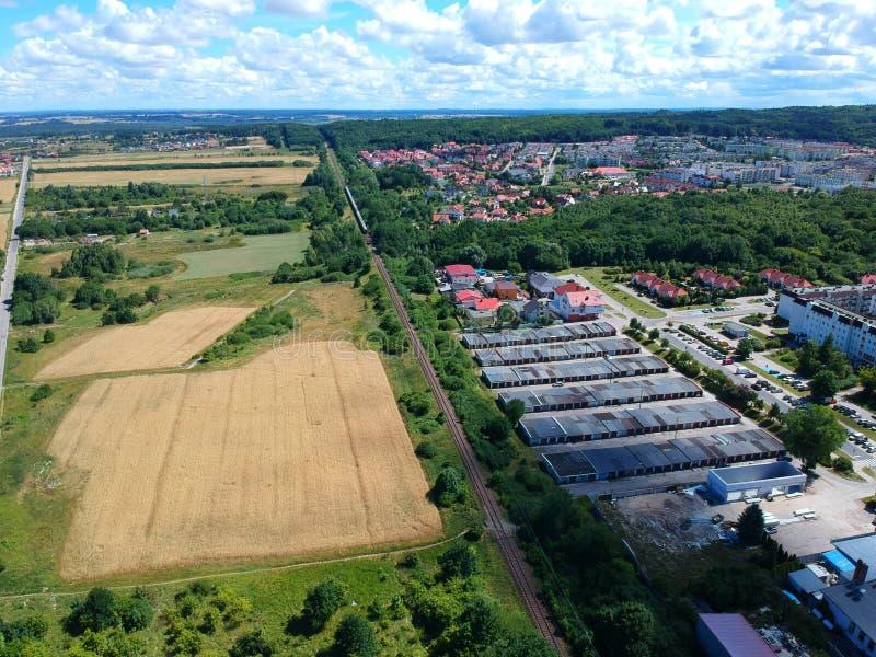 Paysage de ville avec le chemin de fer, les champs de blé et la route, vue aérienne photo libre de droits