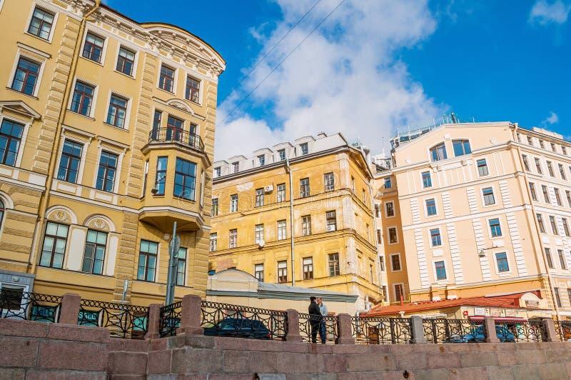 Paysage de ville d'architecture - remblai de rivière de Moika et vieux bâtiments historiques du St Petersbourg, Russie photographie stock