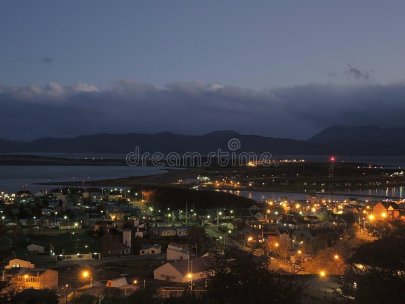 Paysage de ville de nuit, Ushuaia, Argentine image stock