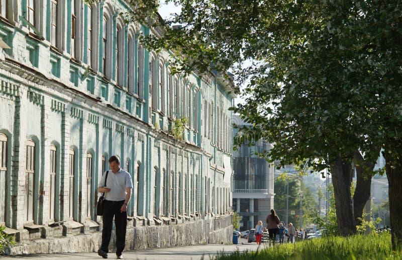 Paysage de ville : La rue de 60 Kuybyshev, le trottoir, un pommier fleurit un jour ensoleillé photographie stock libre de droits