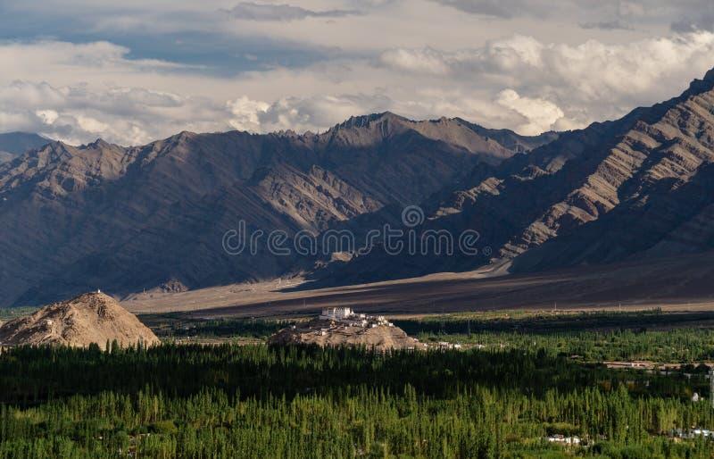 Paysage de ville de Leh Ladakh en Inde, temple antique au-dessus de bordure de montagne avec la forêt image libre de droits