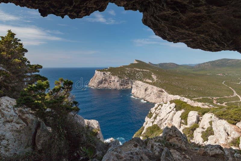Paysage de westshore de la Sardaigne vu du dei Vasi Rotti de Grotta image stock