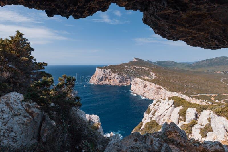 Paysage de westshore de la Sardaigne vu du dei Vasi Rotti de Grotta photographie stock