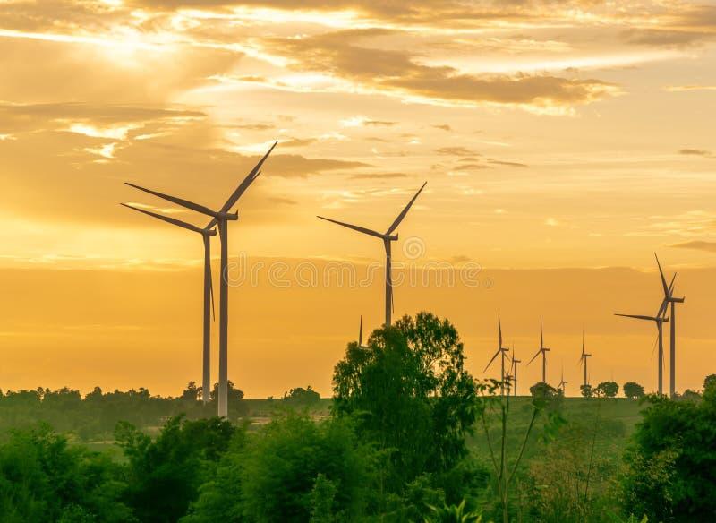 Paysage des grandes éoliennes agricoles qui alternent l'innovation énergétique à la production l'énergie électrique à parti photos stock